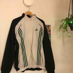 Adidas vintage jacka. Två fläckar på jackan som man ser på bilden som tyvärr inte går bort men det är inget som jag har tänkt på! Frakt tillkommer :)