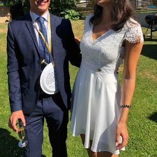 Superfin vit klänning perfekt till studenten. Sitter som en smäck och är sjukt skön med resåren i ryggen. Klänningen är som ny då jag bara hade den i några timmar på min student. Köpt på bubbleroom förra året för 500kr.  Köparen står för eventuell frakt.