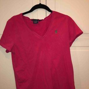 Skit snygg och skön rosa Ralph Lauren t-shirt, säljer pågrund av att jag ej använder den längre. Köparen står för frakten😊