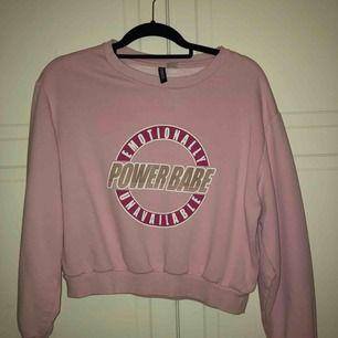 Skit snygg och skön rosa cropped tröja från Gina  säljer pågrund av att jag ej använder den längre. Köparen står för frakten