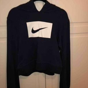 Skit snygg och skön Nike hoodie , säljer pågrund av att jag aldrig använder den. Använd max 3 gånger, Köparen står för frakten