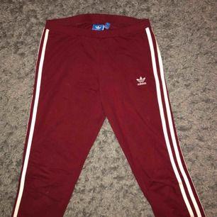 Skit snygg och sköna Adidas tights som sitter as bra, säljer pågrund av att jag ej använder dem längre. Köparen står för frakten