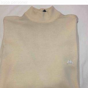 Jätte fin stickad tröja från kappa i 100% ull! Krämfärgad