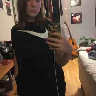 Snygg croppad tröja från Nike med swooshmärket över bröstet. Säljer eftersom att jag inte använder längre:( frakten ej inkluderad<3