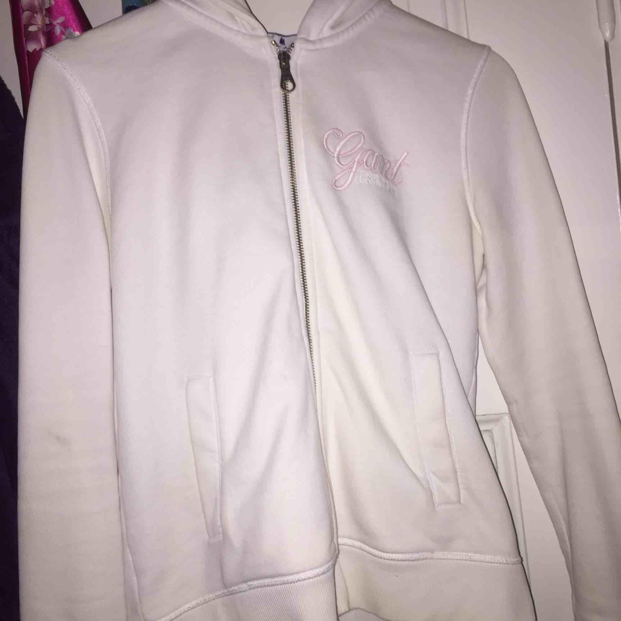 Säljer nu min snygga gant hoodie, som tyvärr inte kommit till användning. Strl S❤️❤️frakt får köparen själv stå för:). Huvtröjor & Träningströjor.