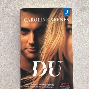 """Jag säljer boken """"Du"""" som jag köpte i januari. Endast läst en gång! Den är baserad på den kända Netflix serien """"You"""".   Kan mötas upp i Linköping, eller frakta men då betalar köparen!"""