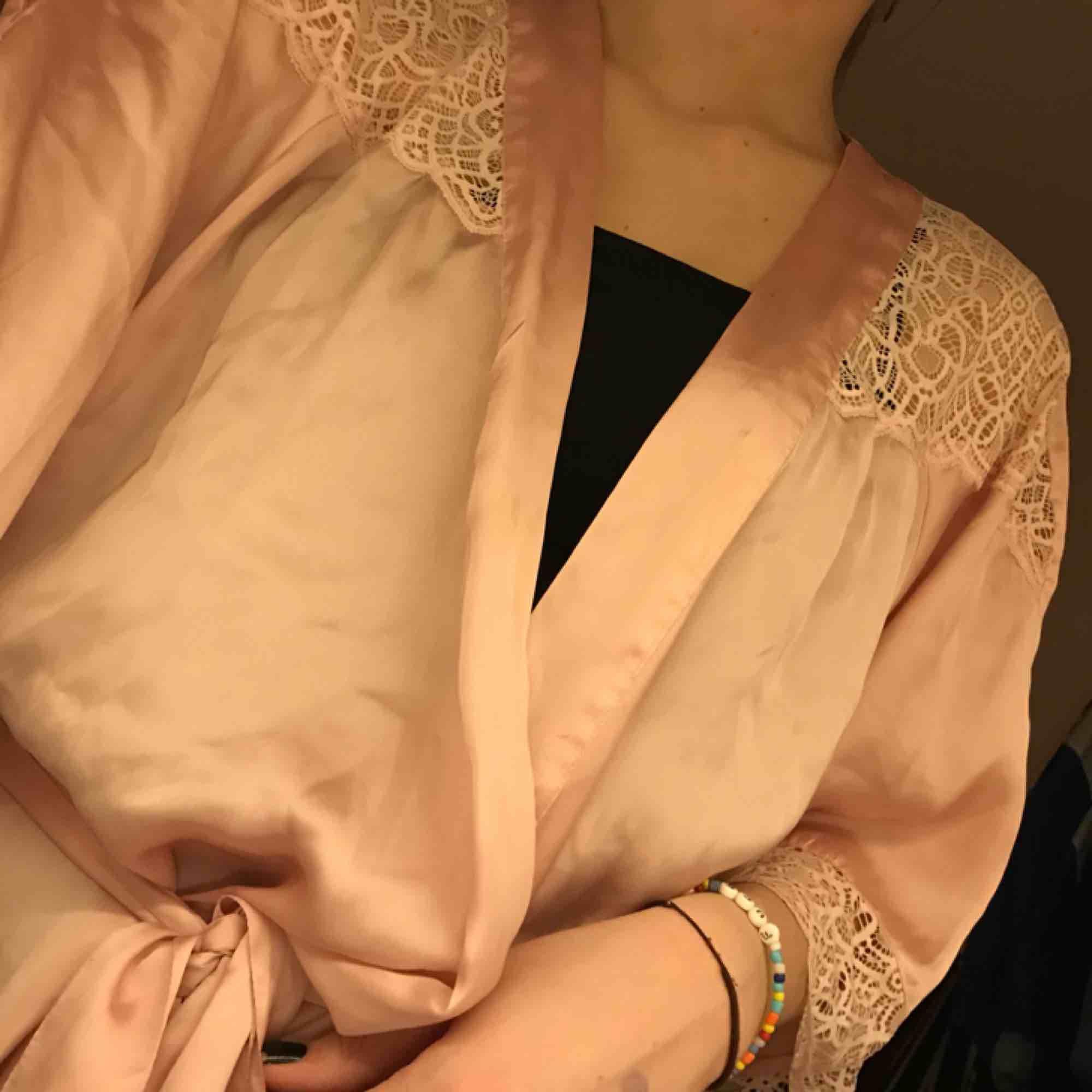 en fin ljusrosa siden morgonrock från hm. passar de flesta storlekarna!. Övrigt.