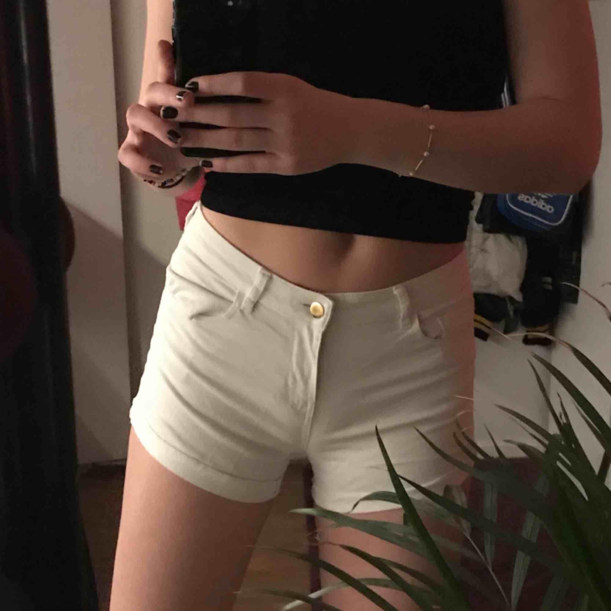 ett par vita shorts från hm perfekta nu till våren/sommaren! . Shorts.