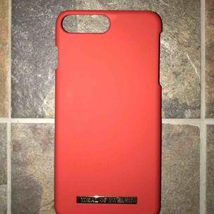 Ett rött, hårt skal från iDeal Of Sweden. Passar för iPhone 7 PLUS och sitter som en smäck! :)