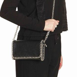 Svart axelremsväska från Tiamo i skinnimitation. Avtagbar axellänk gör att den kan bäras även som en clutch. Köparen står för frakt. Säljer pga ej användning.