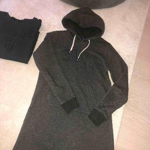 Säljer en nästintill ny hoodieklänning från GANT. Perfekt att ha hemma och mysa i.   Stl Small