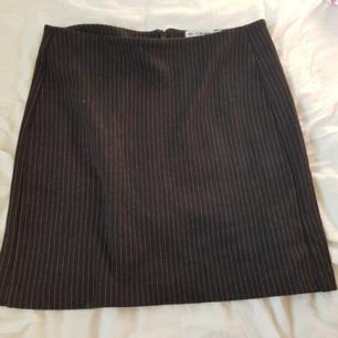 Högmidjad kjol från urban outfitters. Använd totalt en gång och är i jättefint skick. Säljer pga att den inte kommer till användning hos mig. Jag kan mötas upp i Norrköping, annars står jag för frakten. Betalning sker via swish.