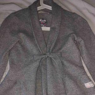 En grå odd Molly i storleken 1 motsvarar S. Använt den 1 gång och efter de har den bara hänt i garderoben då ja bytt klädstil. Den är i jätte bra skick, rökfri.