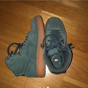 Säljer ett par Nike air force suede i färgen vintage green, köpte dem här på plick men de har tyvärr inte kommit till användning, men när jag köpte dem var de sparsamt använda😊 jättefina skor i storlek 37/38 men jag själv har 38 och den passar perfekt