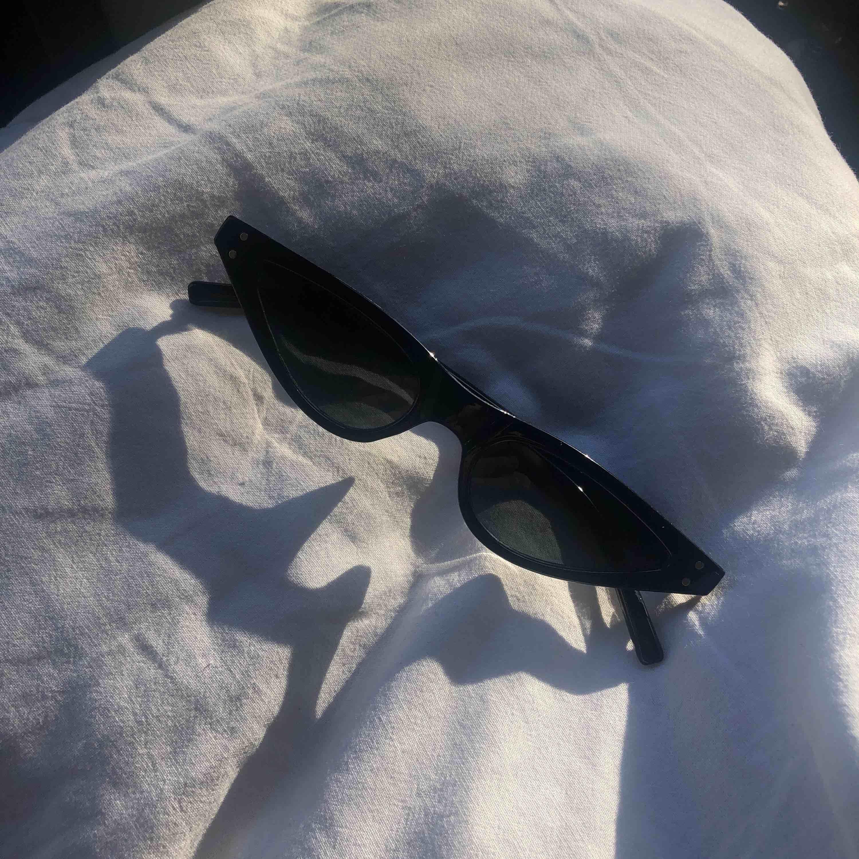 Svarta solglasögon som sitter längre ner på näsbenet!. Accessoarer.