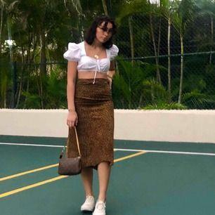 Vintage mocka kjol med ett leopard liknande mönster! Skickar gärna mer bilder om dem här var för suddiga! Möts upp i Stockholm annars diskuteras frakt vid köp🌟