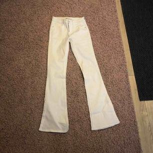 Säljer mina vita bootcut byxor med slits från zara, de är helt oanvända då de är lite för små för mig. Jättesnygga!!