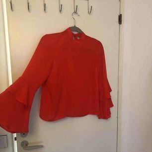 Säljer en Röd blus i storlek 34, superfin och i bra skick!