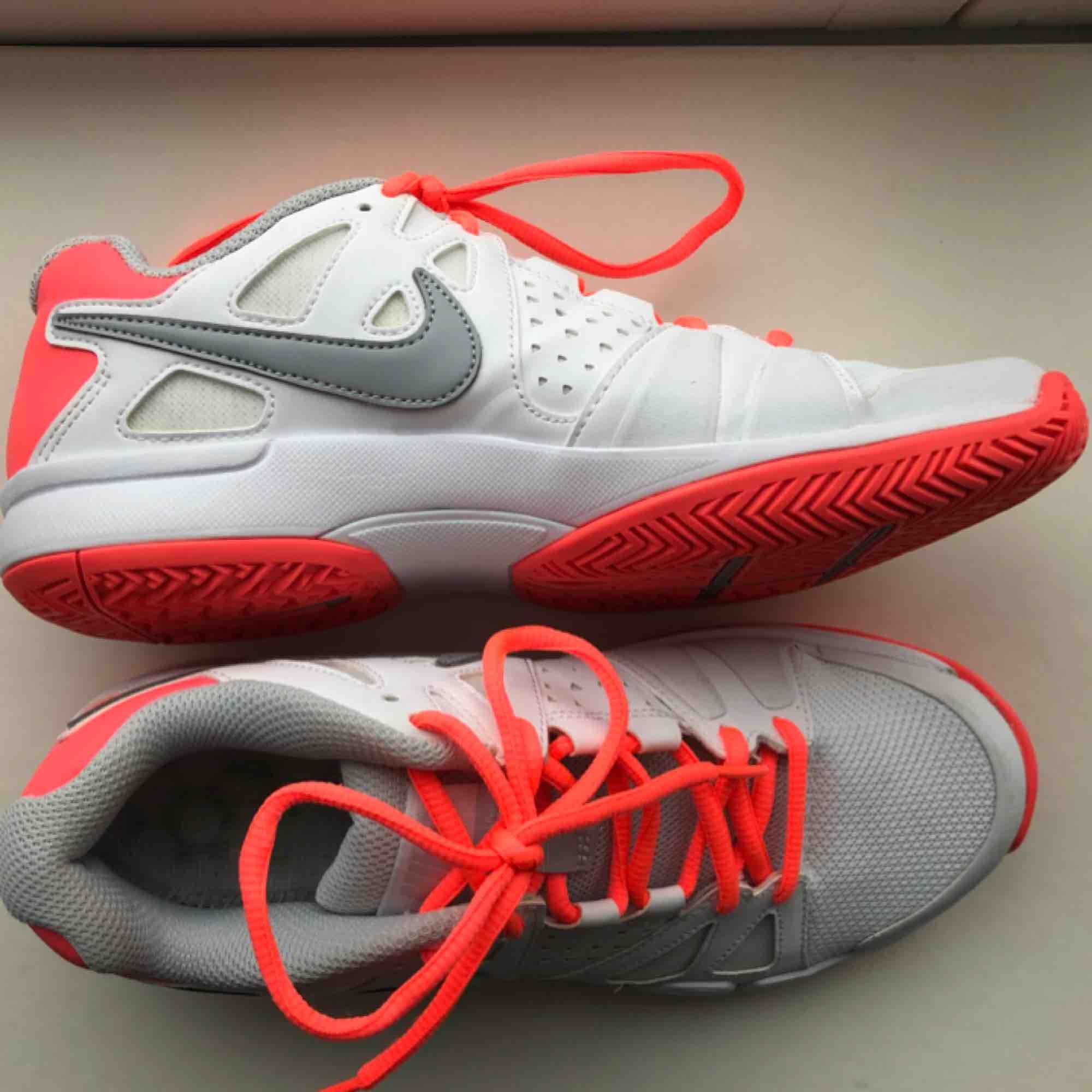 free shipping ad0b2 ba62a brand new 0fed9 9dbd9 nike idrottsskor  timeless design f20af 8e1d6  Oanvända Tennisskor, men är mycket stabila för foten och funkar därför