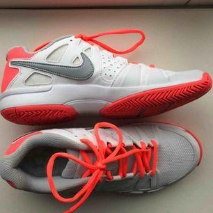 Oanvända Tennisskor, men är mycket stabila för foten och funkar därför även bra som idrottsskor för inomhusträning. Säljs för att jag köpte i fel storlek. Butiksskick.