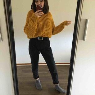 såå fin stickad gul tröja från H&M, tyvärr använder jag den aldrig :/. materialet sticks lite, men inte något jag själv tänkt på så mycket. färgen är som på de två första bilderna! köpare står för frakt
