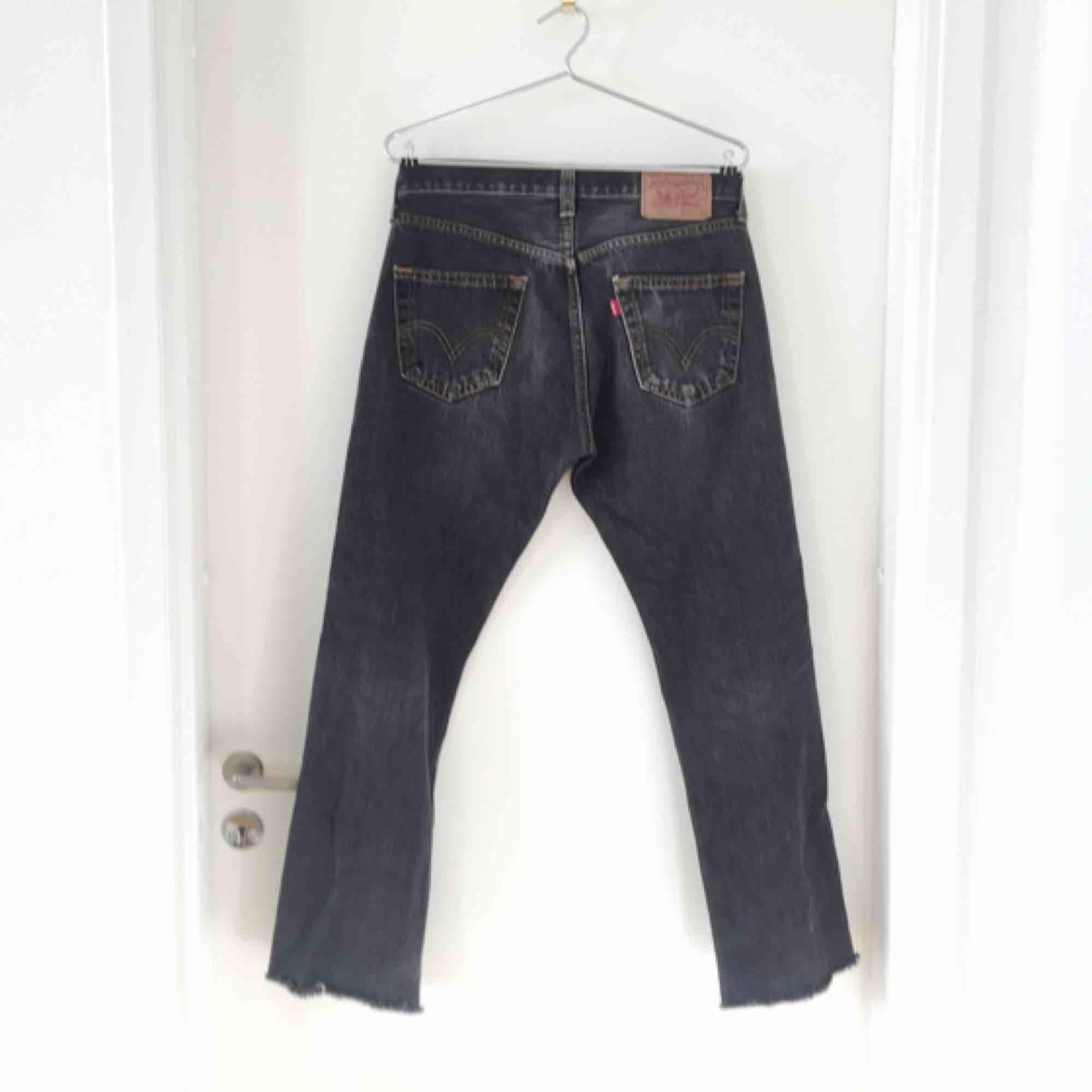 Klassiska Levis 501 med knappar. Croppade, innerbenslängd 73cm. Färgen är som på sista bilden.. Jeans & Byxor.