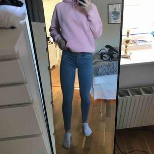 Ljusblåa jeans frän Zara, sjukt sköna och sitter jättesnyggt// skickar bättre bilder vid intresse