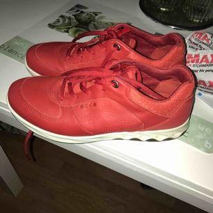 röda eccosneakers, mkt bekväma, mjukt skinn. obetydligt använda skickas mot porto