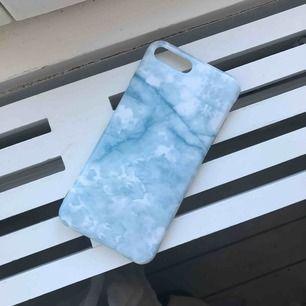 Supersnyggt skal i ljusblått marmor mönster, i silikon. Skyddar även runt om telefonen, högtalare, kanter, knappar etc. Passar iphone 7/8 PLUS. 60kr inkl frakt 📱Tar betalt via Swish!