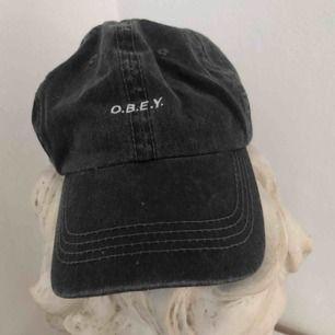 Keps från Obey, köpt på Urban Outfitters! Aldrig använd. Frakt ingår i priset, skriv gärna vid övriga frågor ♥️