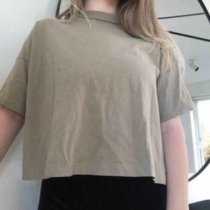 Beige t-shirt från Weekday 🌿 Färgen visas bäst på sista bilden. Frakt ingår i priset! Skriv gärna vid övriga frågor 💕