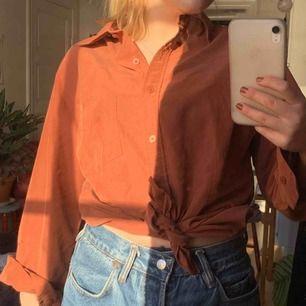 Jättesnygg skjorta!! I liiite shiny material men bara lite. Lite mörkare och kallare färg irl.