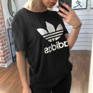 Svart T-shirt från Adidas, strl S.