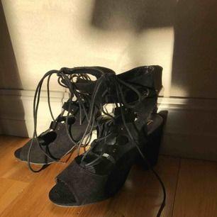 Svarta skor med klack, fina till fest. Skorna är aldrig använda❣️