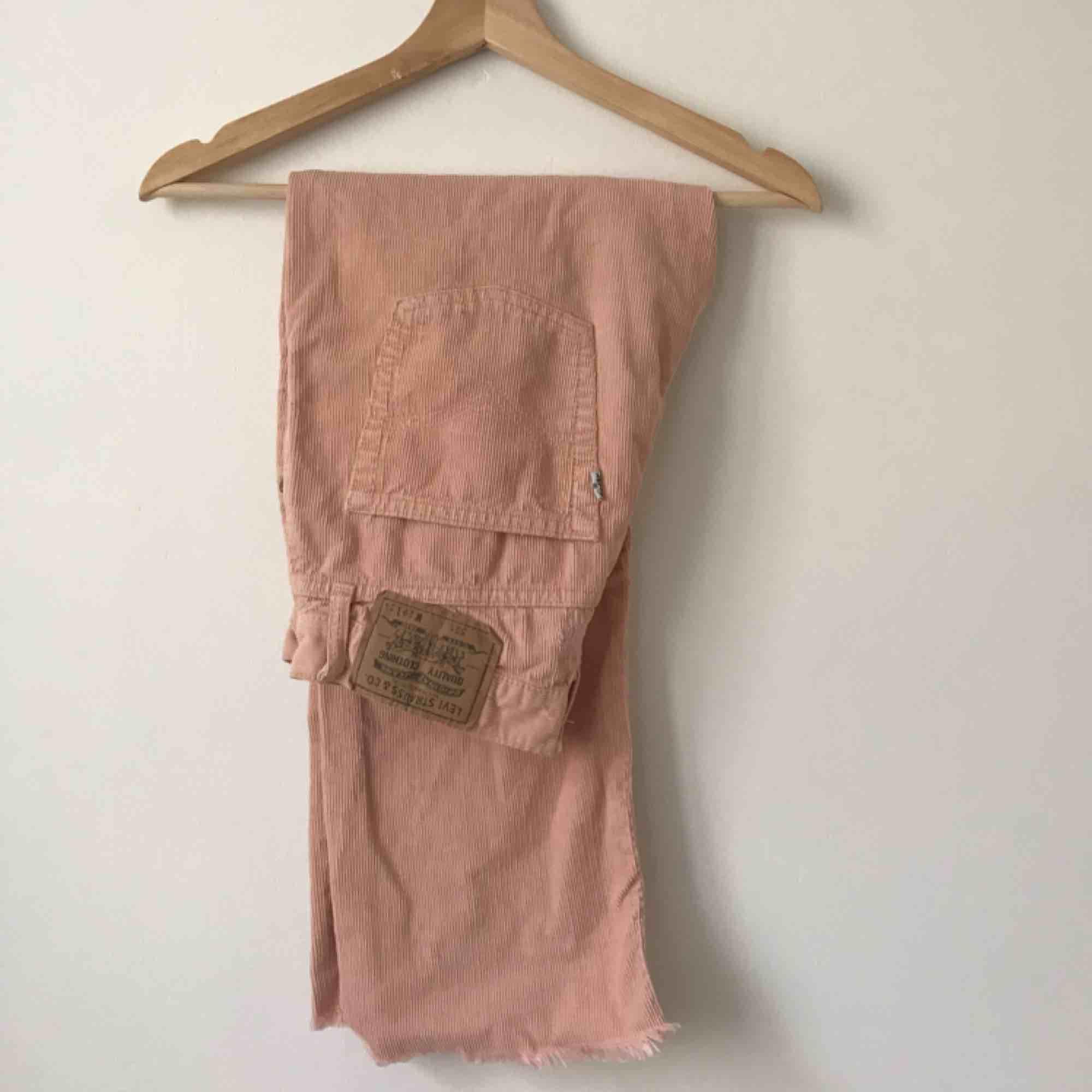 Mins älsklings Levis i manschester ljus rosa så jävla fin men förstora för mig , frakt ingår🌸🌿. Jeans & Byxor.