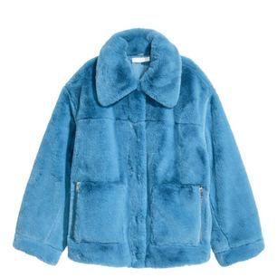 Säljer min underbara blåa fuskpälsjacka från H&M Trend. Knappt använd, rökfritt och djurfritt hem. Möts upp i Sthlm eller skickas mot fraktkostnad.