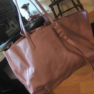Oanvänd väska  sorry för dålig bild och lite skrynklig men väskan har legat i en låda