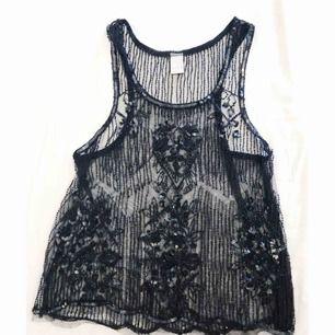 Svart genomskinligt linne med pärlor och paljetter från Vila.