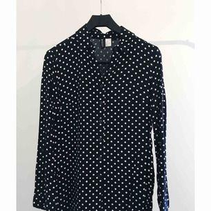 Prickig mörkblå skjorta från H&M. Aldrig använd.