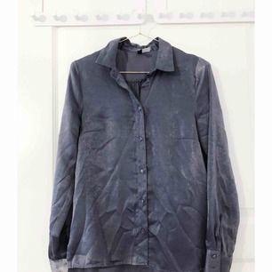 Grå satinskjorta från H&M, aldrig använd.