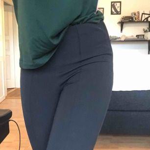 Snygga svarta kostymbyxor från ginatricot! Aldrig använda för tycker dom är för korta eftersom jag är väldigt lång:( Men annars sitter dom riktigt snyggt! En söm som går längs benet hela vägen ner (se bild 3)  Frakt betalar du om du är intresserad👍🏼👍🏼