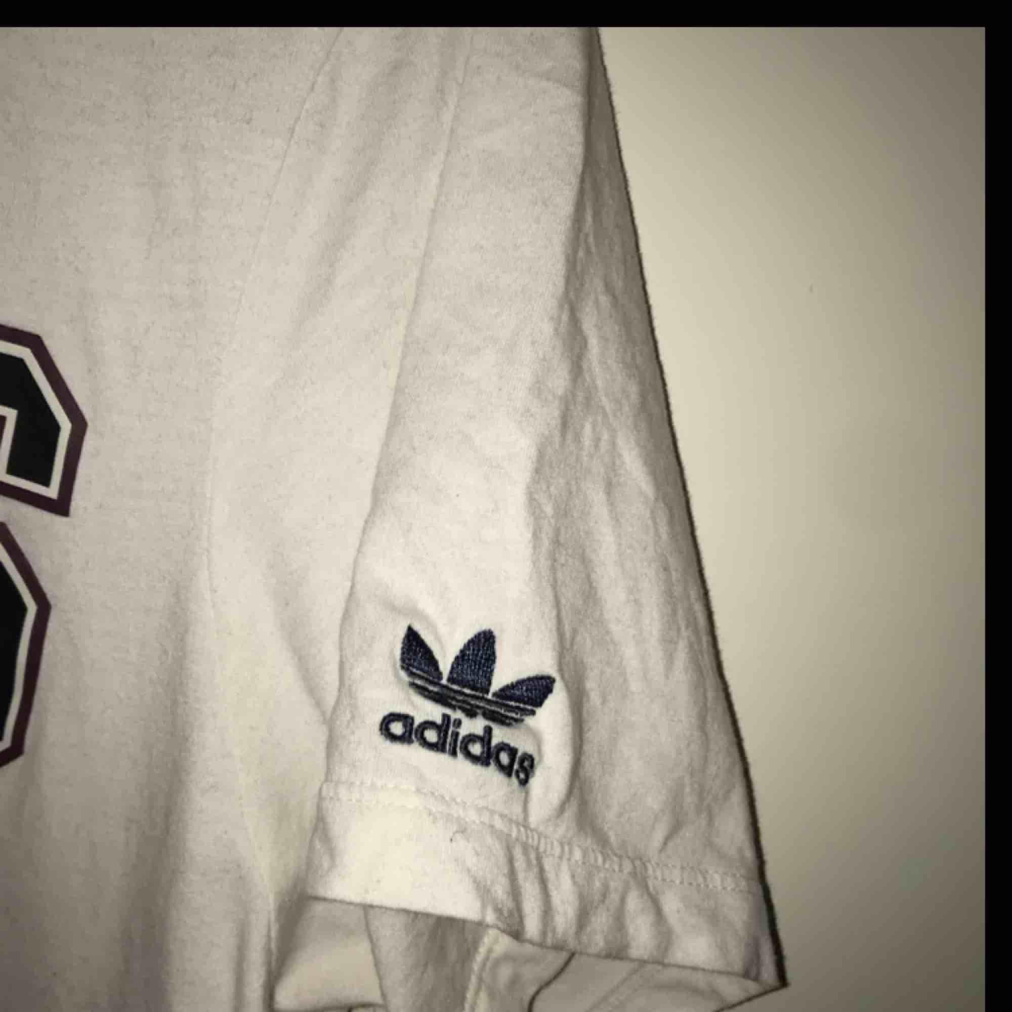 ADIDAS ORIGINALS T-SHIRT - ADIBREAK CHALK WHITE/MIDNIGHT / M/38  MEN KÄNNS SOM EN L Köpt i Junkyard , priset är ink frakt. T-shirts.