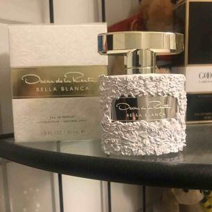 Oscar de la renta bella blanca EDP 30ml damparfym säljs. Ca 90% kvar i flaskan. Luktar otroligt gott men jag har för många parfymer och denna måste bort. Supersnygg flaska och underbar doft som håller länge.