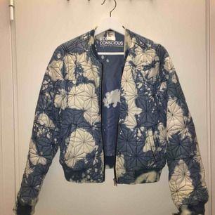 Säljer denna fina bomberjacka från H&M!  Sparsamt använd men i fint skick:-) kan mötas i Stockholm och annars kostar frakten 55 kr💕