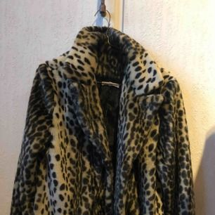 Leopardkappa från Moss Copenhagen nypris ca 2400kr. En reva i innerfodret men det är inget som märks eller gör att man fryser. Superfin på och jätteskön! Frakt tillkommer