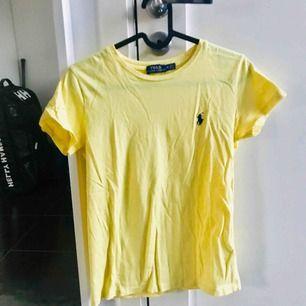 Gul Ralph Lauren t-shirt, ganska liten i modellen