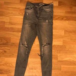 Gråa slitna jeans från zara i storlek 36! Kan frakta och skriv för mer bilder💖💖
