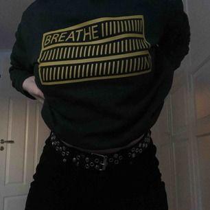 mörkgrön sweatshirt med gult tryck från monki:) bra skick! köpare står för frakt
