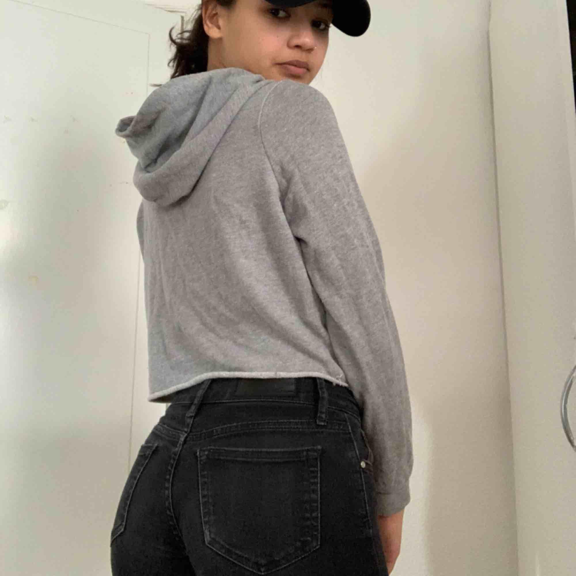 👅basic grå croppad hoodie!👅 🖤Köparen betalar för frakten🖤 💡Kan mötas Lund-Malmö💡 👹Högsta bud får plagget👹. Huvtröjor & Träningströjor.