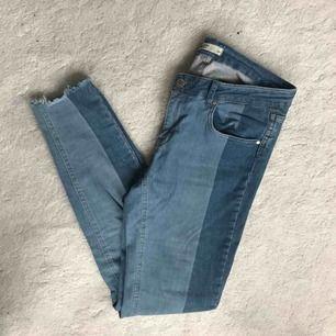 Ankellånga jeans, väldigt snygga på! 98% bomull, 2% elastan. Använda men fina. Djur- och rökfritt hem. Skickas med skicka lätt för 63:-